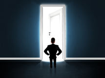 Bedrijfsmens die grote heldere geopende deur bekijken Stock Foto's