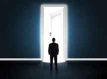 Bedrijfsmens die grote heldere geopende deur bekijken Royalty-vrije Stock Fotografie
