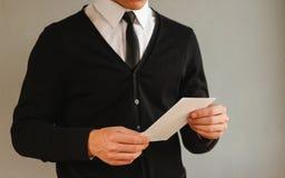 Bedrijfsmens die het lege witte boekje van de vliegerbrochure tonen pamflet Stock Afbeelding