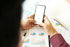 Bedrijfsmens die het smartphone lege witte scherm met behulp van Royalty-vrije Stock Afbeelding