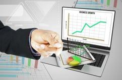 Bedrijfsmens die Laptop, bedrijfs de groeiconcept tonen Stock Afbeelding