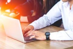 Bedrijfsmens die laptop in bureauvergadering met behulp van royalty-vrije stock afbeelding