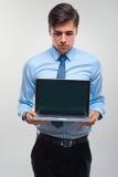 Bedrijfsmens die laptop houden tegen een witte achtergrond Stock Foto