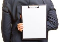 Bedrijfsmens die leeg klembord houden Stock Afbeelding