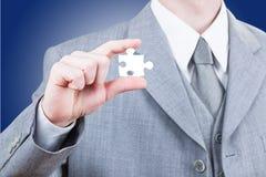 Bedrijfsmens die leeg puzzelstuk tonen Stock Foto