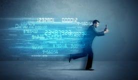Bedrijfsmens die met apparaat en gegevensconcept lopen stock afbeeldingen