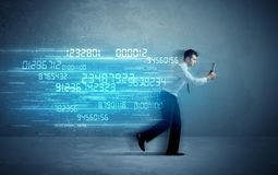 Bedrijfsmens die met apparaat en gegevensconcept lopen stock foto's