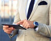 Bedrijfsmens die met digitale tablet werken Royalty-vrije Stock Foto