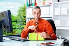Bedrijfsmens die met giftdoos verrast kijken Stock Afbeelding