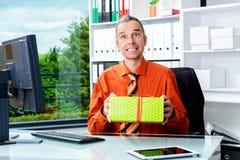 Bedrijfsmens die met giftdoos verrast kijken Royalty-vrije Stock Foto