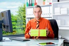 Bedrijfsmens die met giftdoos verrast kijken Stock Afbeeldingen