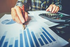 Bedrijfsmens die met Rapportgrafiek in bureau nieuwe zaken p plannen stock afbeeldingen