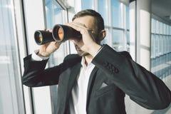Bedrijfsmens die met verrekijkers kijken Royalty-vrije Stock Foto