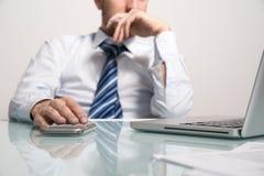 Bedrijfsmens die met zijn laptop werken Stock Afbeelding