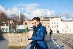 Bedrijfsmens die Mobiele Telefoon in openlucht met behulp van royalty-vrije stock foto's