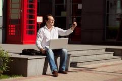 Bedrijfsmens die mobiele telefoon rode klassieke Engelse telefoon BO met behulp van Stock Foto