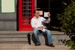 Bedrijfsmens die mobiele telefoon rode klassieke Engelse telefoon BO met behulp van Royalty-vrije Stock Afbeeldingen