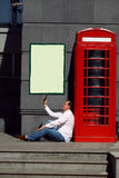 Bedrijfsmens die mobiele telefoon rode klassieke Engelse telefoon BO met behulp van Royalty-vrije Stock Foto