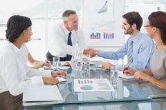 Bedrijfsmens die nieuwe werknemer introduceren Stock Fotografie