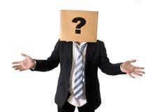 Bedrijfsmens die om hulp met kartondoos vragen op zijn hoofd Stock Afbeeldingen