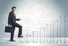 Bedrijfsmens die omhoog op hand getrokken grafiekenconcept beklimmen Stock Foto's