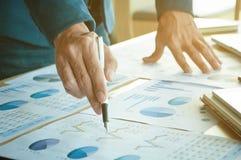 Bedrijfsmens die op bedrijfsdocument richten Stock Afbeelding