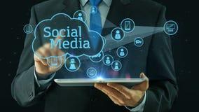 Bedrijfsmens die op de sociale media zwarte van het de tabletstootkussen van het netwerkconcept richten vector illustratie