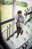 Bedrijfsmens die op de treden van de bedrijfsbouw lopen Zaken Royalty-vrije Stock Foto's