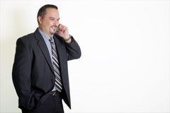 Bedrijfsmens die op een Celtelefoon spreken Stock Foto