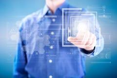 Bedrijfsmens die op knoop van het digitale virtuele scherm drukken Stock Foto