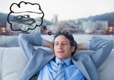 Bedrijfsmens die op laag van vakantie tegen onscherpe horizon dromen Stock Afbeeldingen