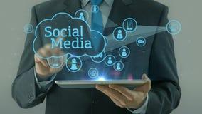 Bedrijfsmens die op sociaal media de tabletstootkussen van het netwerkconcept richten royalty-vrije illustratie