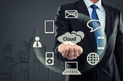Bedrijfsmens die op wolk gegevensverwerking richten royalty-vrije stock afbeelding