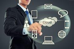 Bedrijfsmens die op wolk gegevensverwerking richten stock fotografie
