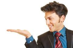 Bedrijfsmens die palm van lege hand voorstellen Royalty-vrije Stock Foto