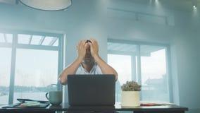 Bedrijfsmens die slecht nieuws krijgen Het geschokte freelancer werken aan laptop computer stock footage