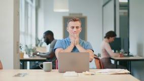 Bedrijfsmens die slecht nieuws krijgen per e-mail Ernstige freelance mens die aan laptop werken stock footage