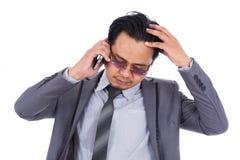 Bedrijfsmens die slecht die nieuws op de celtelefoon ontvangen op wh wordt geïsoleerd Royalty-vrije Stock Foto's