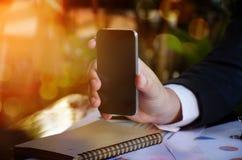 Bedrijfsmens die smarthphone tonen royalty-vrije stock foto