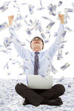 Bedrijfsmens die succesvol maken met de achtergrond van de geldregen stellen Royalty-vrije Stock Foto's