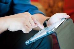 Bedrijfsmens die tablet gebruiken Stock Foto's