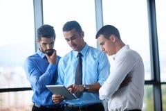 Bedrijfsmens die tablet gebruiken compuer op kantoor Stock Afbeeldingen