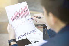 Bedrijfsmens die tablet voor analitische financiële de tendens van het grafiekjaar 2017 het voorspellen plannings openluchtplaats stock afbeelding