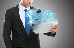 Bedrijfsmens die tabletpc met behulp van royalty-vrije stock afbeelding