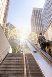 Bedrijfsmens die treden opheffen om de stad te bereiken Royalty-vrije Stock Foto