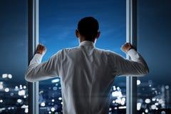 Bedrijfsmens die uit aan cityscape kijken royalty-vrije stock foto