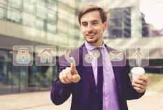 Bedrijfsmens die virtuele knopen drukken Stock Afbeelding