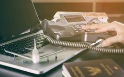 Bedrijfsmens die vraag naar reis en globale mededeling maken Stock Fotografie