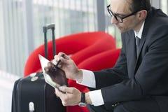 Bedrijfsmens die zijn Tablet gebruiken bij tentoonstellingshal Royalty-vrije Stock Fotografie