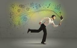 Bedrijfsmens in een stormloop met krabbelmedia pictogrammen Stock Afbeeldingen